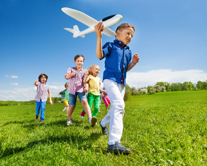 Дети запускают самолет