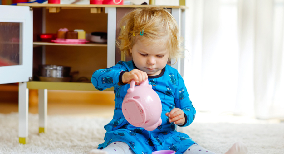 13 вариантов занять ребёнка, пока мама на кухне