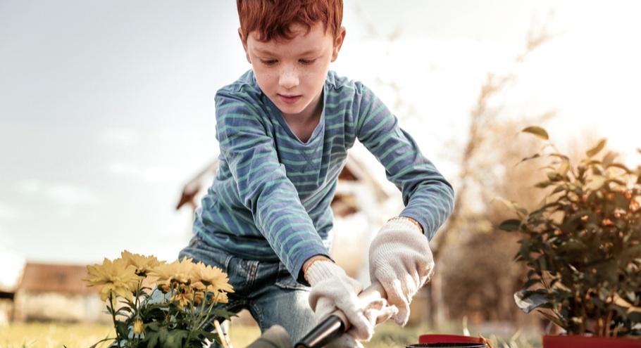 8 способов сделать ребёнка главным помощником на даче