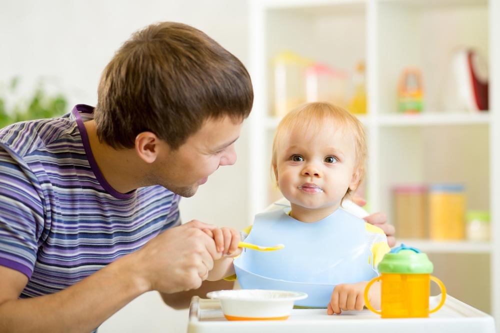 Как научить ребёнка есть ложкой?