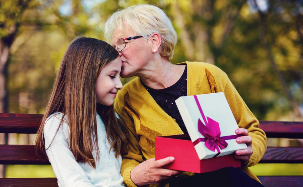 16 подарков: чем удивить бабушку и дедушку?