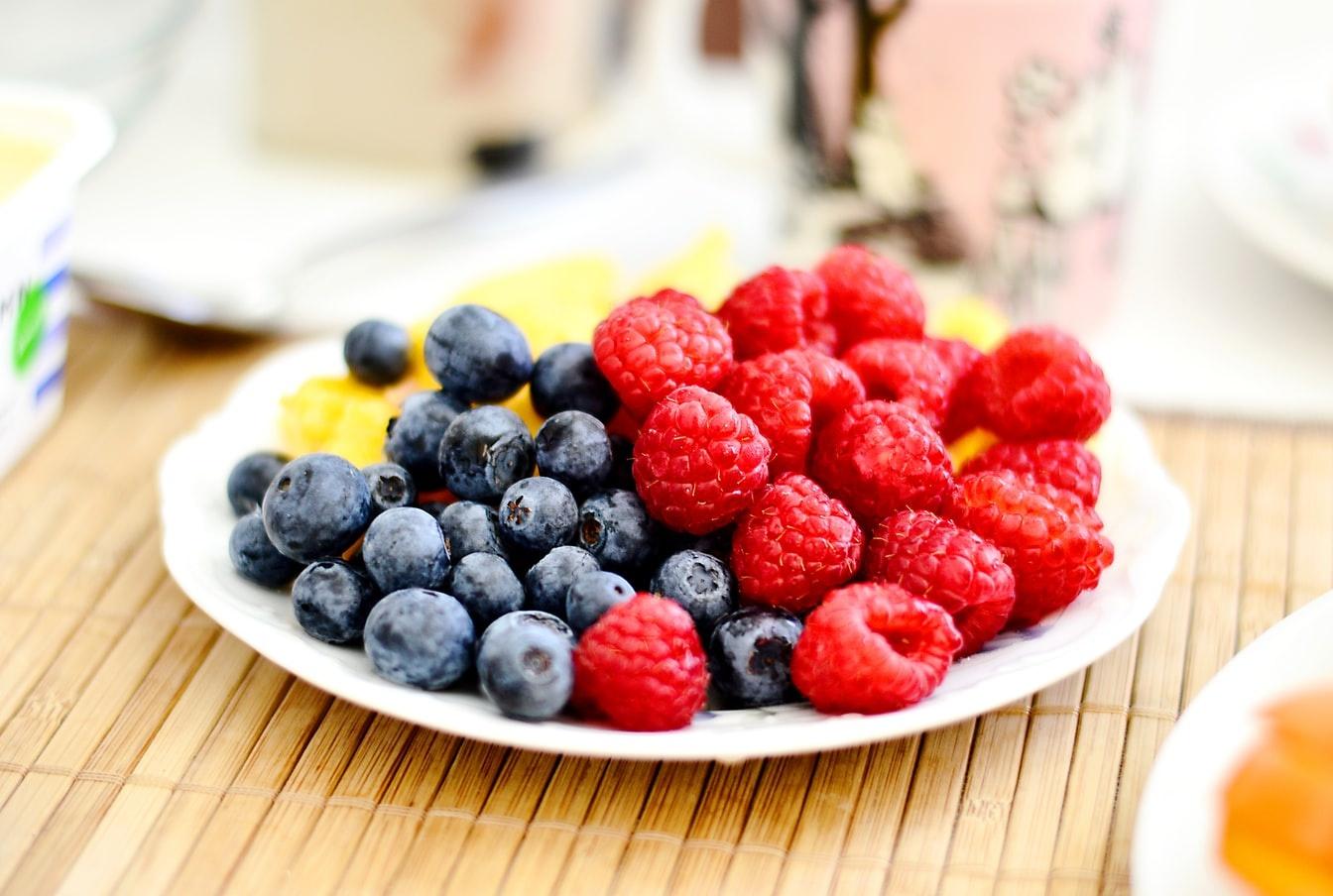 Почему сезонные ягоды важны в детском питании?