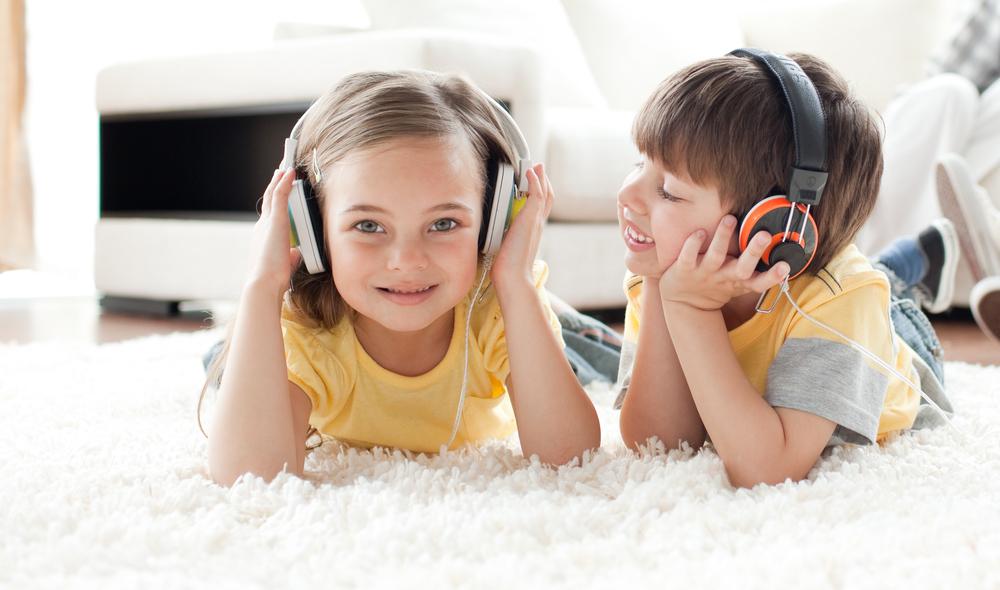 9 детских наушников для любителей послушать аудиокниги