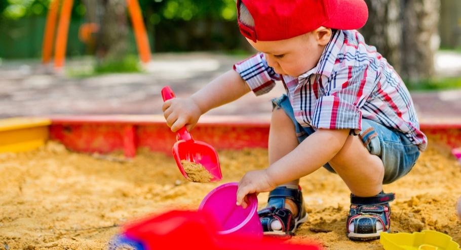 Игры в песочнице: строим замки и делаем куличики