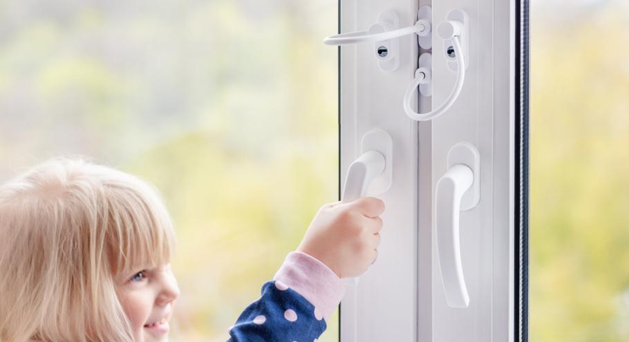 Детский замок на окна: 3 простых варианта