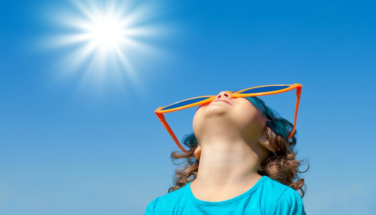 Ребенок в солнечных очках