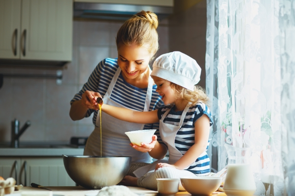 Мама с дочерью готовят вместе