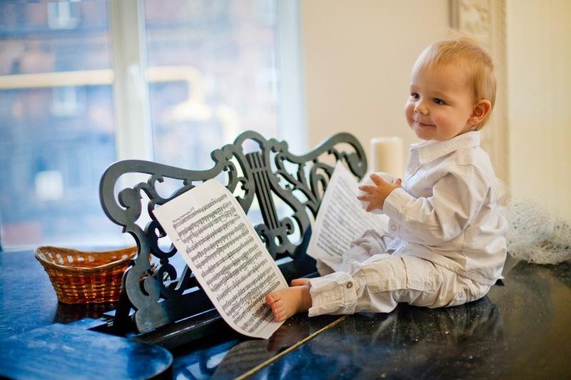 Ребенок на рояле с нотами