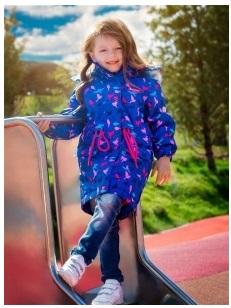 Девочка в синей парке