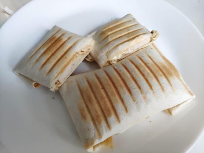 Конвертики из пшеничной лепешки с сыром и запеченой индейкой в специях